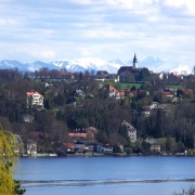 Berg am Starnberger See – Boschfoto [CC BY-SA 3.0 (https://creativecommons.org/licenses/by-sa/3.0)]