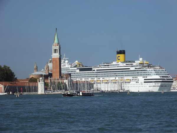 Ein Kreuzfahrt fährt in Venedig ein