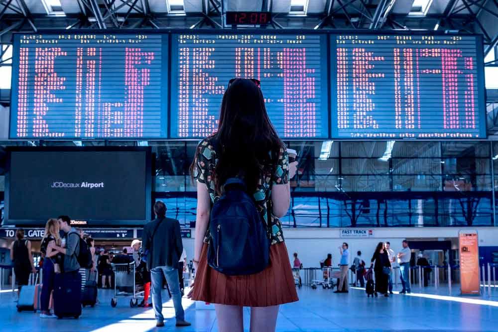 Flughafen Anzeigetafel, Mädchen im Vordergrund
