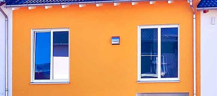 100 Prozent regeneratives Haus, Neubau in Seefeld, unten rechts ist die Wärmepumpe zu sehen
