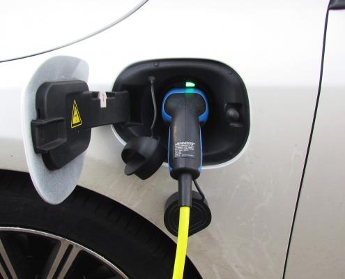 E-Auto an der Tankstelle